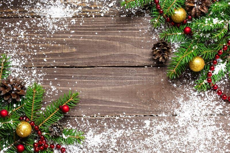 Weihnachtshölzerner Hintergrund mit Schneetannenbaum mit Dekorationen lizenzfreies stockfoto
