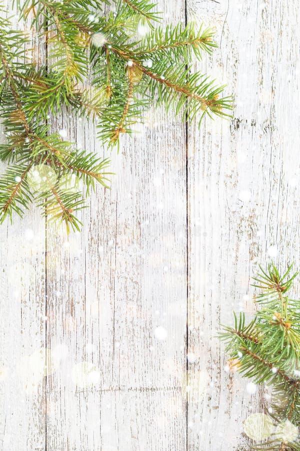 Weihnachtshölzerner Hintergrund mit Tannenbaum, Schnee und bokeh Draufsichtkopienraum stockbilder