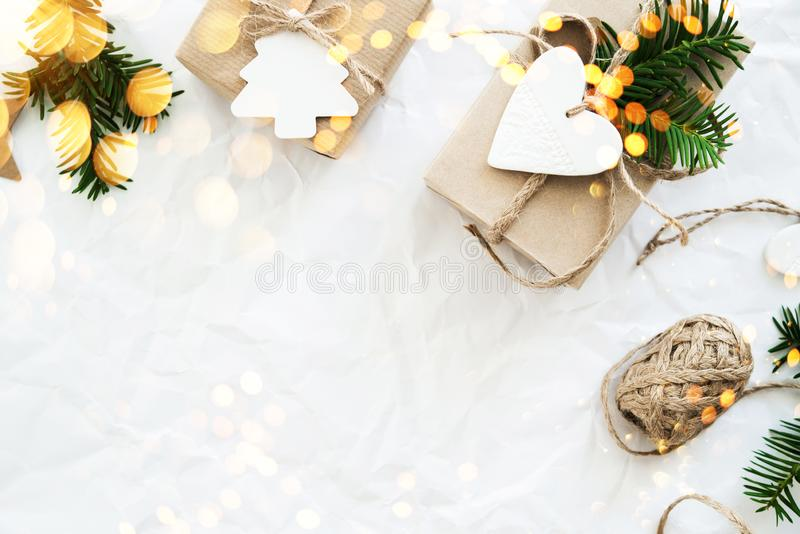 Weihnachtshandgemachte Geschenkboxen auf Draufsicht des weißen Hintergrundes Grußkarte der frohen Weihnachten, Rahmen Winterweihn lizenzfreie stockfotos
