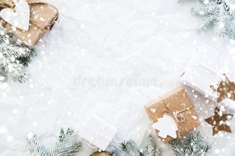 Weihnachtshandgemachte Geschenkboxen auf Draufsicht des weißen Hintergrundes Grußkarte der frohen Weihnachten, Rahmen Winterweihn stockfoto