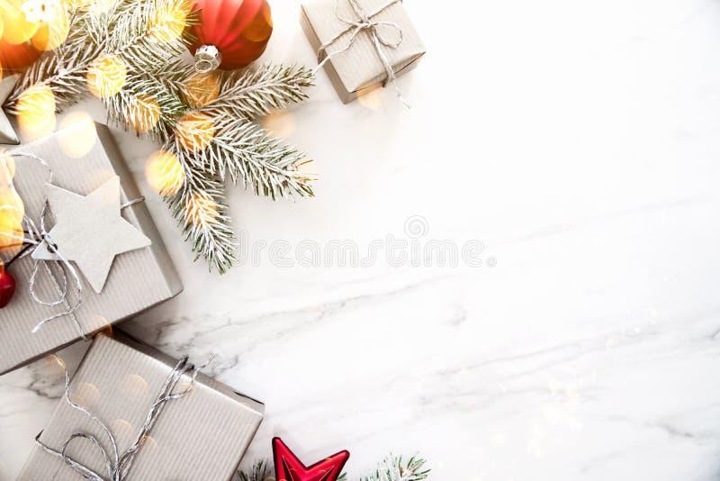 Weihnachtshandgemachte Geschenkboxen auf Draufsicht des weißen Marmorhintergrundes Grußkarte der frohen Weihnachten, Rahmen Winte lizenzfreie stockfotografie