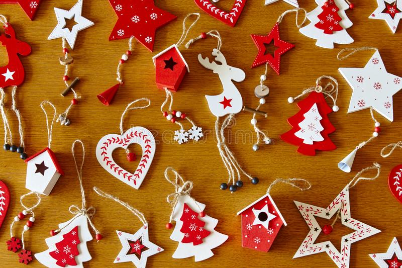 Weihnachtshandgemachte hölzerne Zahlen in der roten und weißen Farbe aufwendig lizenzfreies stockbild