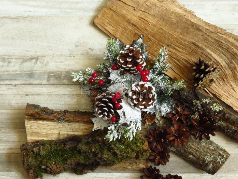 Weihnachtshausdekoration und Kiefern auf Holzholz und gebleichter Eiche lizenzfreie stockfotografie