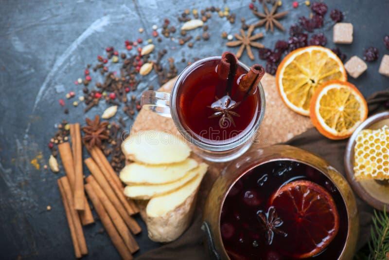 Weihnachtsheißer Glühwein mit Kardamom und Anis auf hölzernem Hintergrund lizenzfreie stockbilder