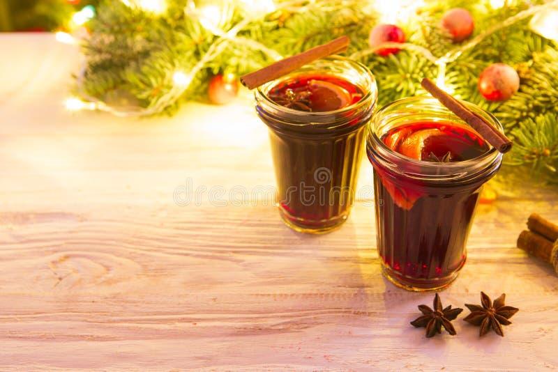 Weihnachtsheißer Glühwein mit Zimtkardamom und -anis auf hölzernem Hintergrund lizenzfreies stockfoto
