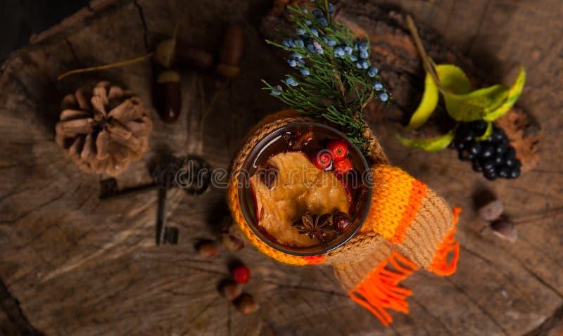 Weihnachtsheißer Glühwein mit Zimtkardamom und -anis auf wo lizenzfreie stockfotos