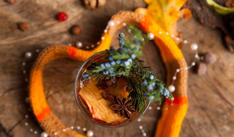 Weihnachtsheißer Glühwein mit Zimtkardamom und -anis auf wo stockbilder