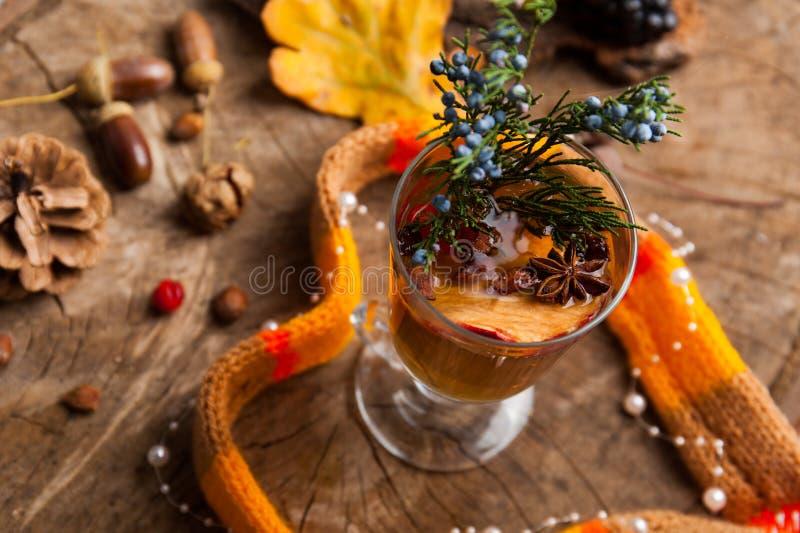 Weihnachtsheißer Glühwein mit Zimtkardamom und -anis auf wo stockfotografie