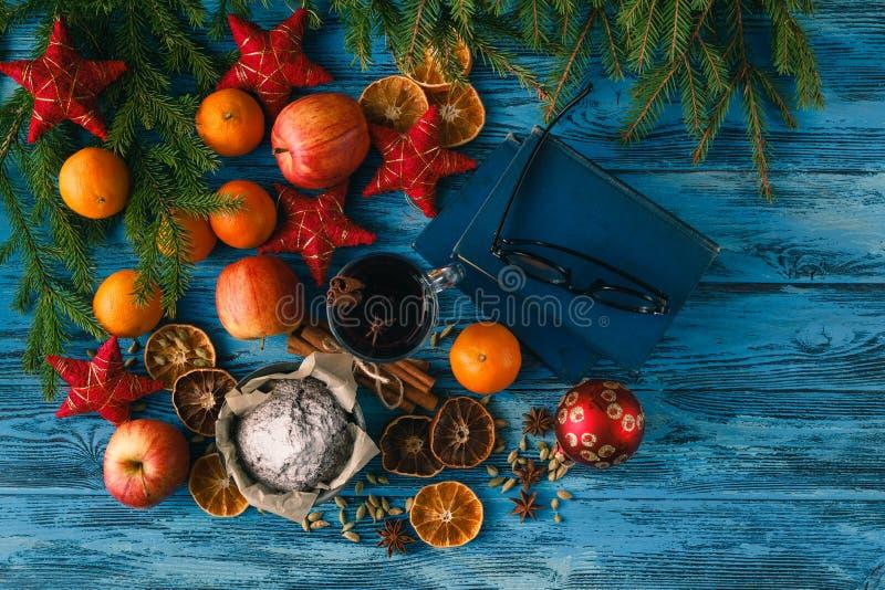 Weihnachtsheißer Glühwein mit Zimtkardamom und -anis auf wo lizenzfreies stockbild