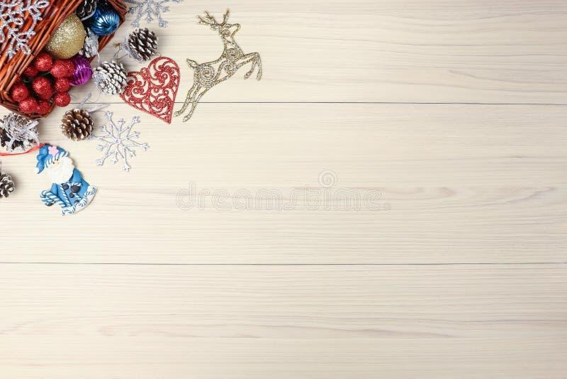 Weihnachtshintergrund auf Holztisch mit copyspace Draufsicht des Weihnachtsbaumkiefernkegels und -schneeflocke Tannenzweigsilber lizenzfreie stockbilder