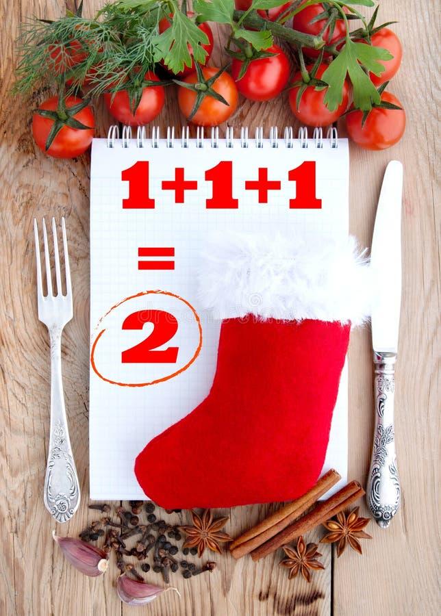 Weihnachtshintergrund für Menükarte Tomaten, Knoblauch, Petersilie und Gewürze auf dem hölzernen Hintergrund mit Raum für Text stockfoto