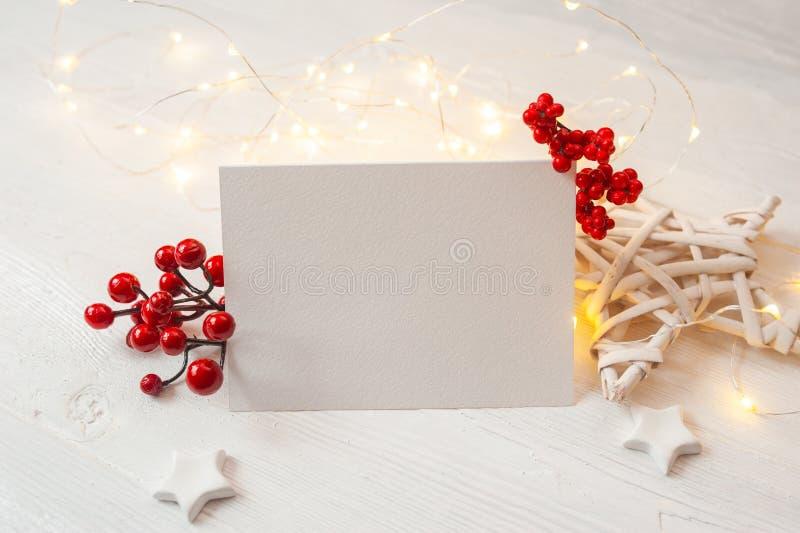 Weihnachtshintergrund f?r Gru?kartenblatt papier mit Platz f?r Text Weihnachtsspielwaren auf hölzernem Hintergrund Flache Lage, D lizenzfreie stockbilder