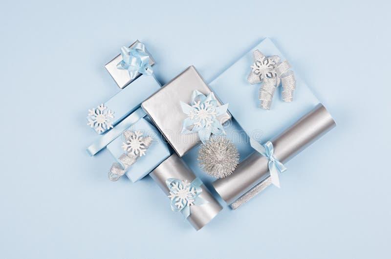 Weihnachtshintergrund - Herzform von weichen blauen und silbernen PastellGeschenkboxen mit Bögen auf blauem Hintergrund, Draufsic lizenzfreies stockbild