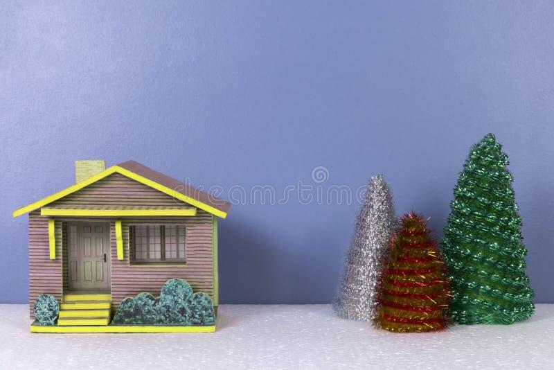 Weihnachtshintergrund mit Bäumen des kleinen Hauses und der Spielwaren stockbilder