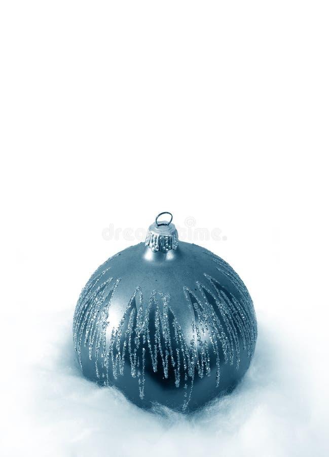 Weihnachtshintergrund mit blauer Kugeldekoration und lizenzfreies stockbild