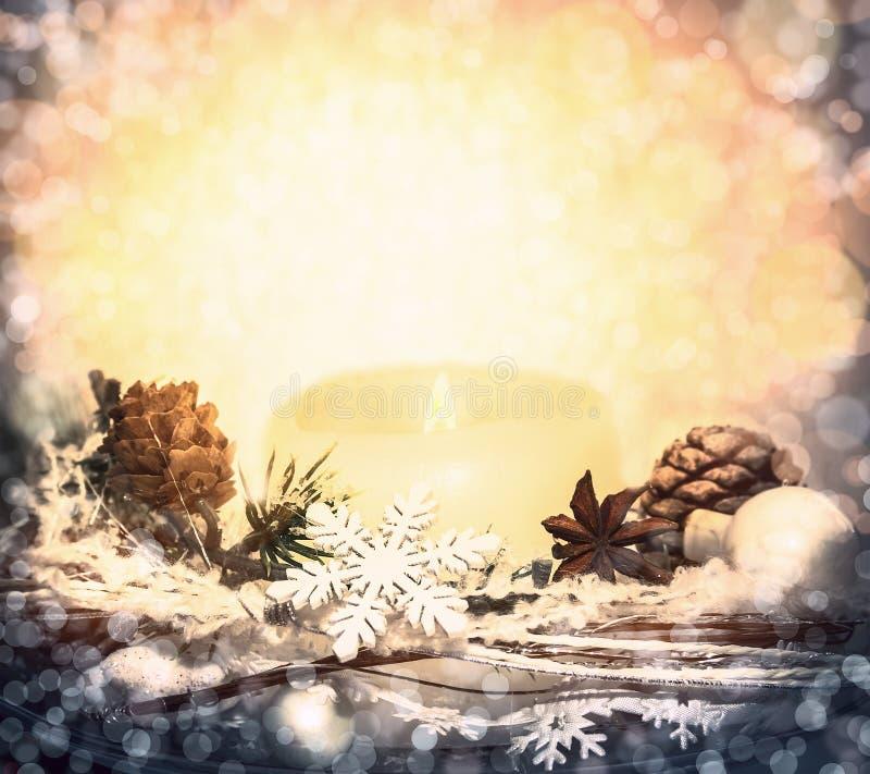 Weihnachtshintergrund mit bokeh, Kerzen, Dekorationen und Schneeflocken lizenzfreies stockfoto