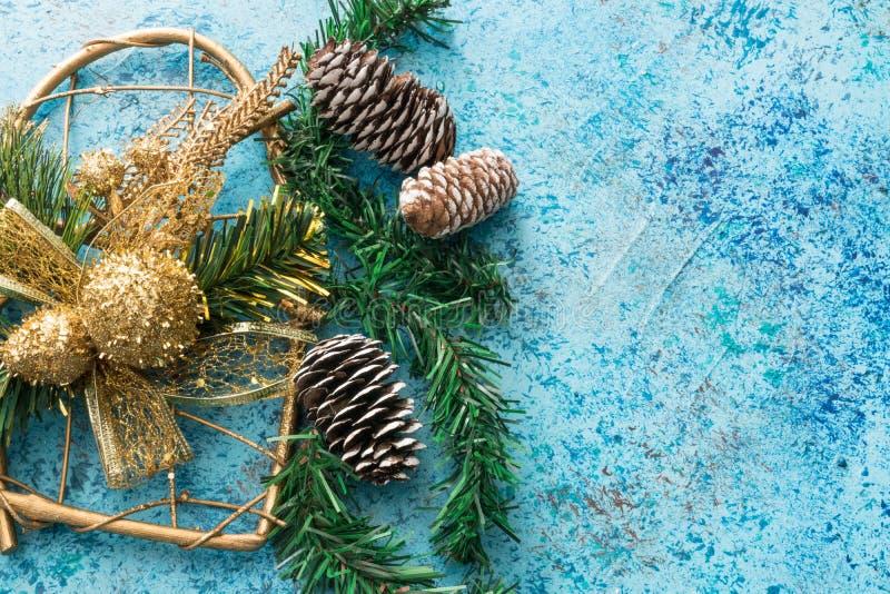 Weihnachtshintergrund mit Dekoration Ökologische, hölzerne Weihnachtsdekorationen Neues Jahr große Ansicht von oben Kopieren Sie  lizenzfreie stockfotos