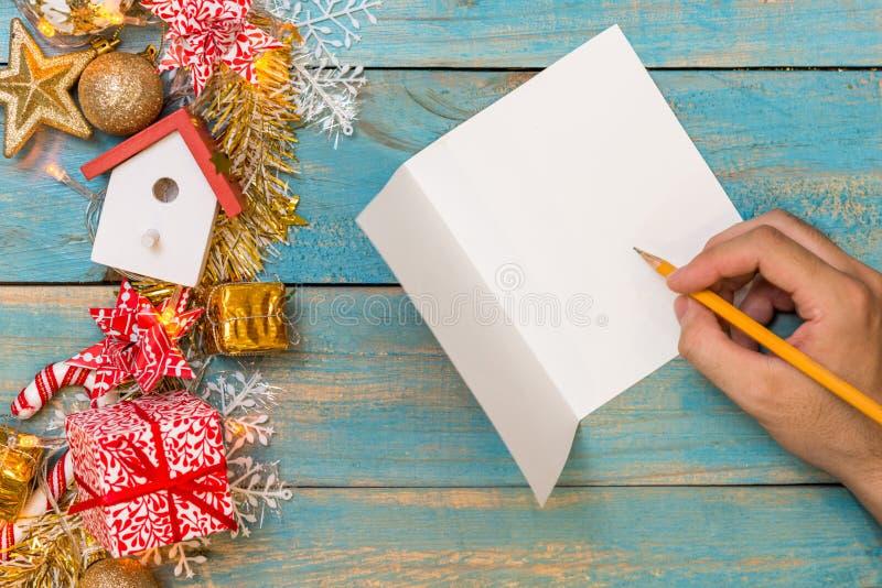 Weihnachtshintergrund mit Dekorationen mit Handschrift auf gree lizenzfreies stockbild