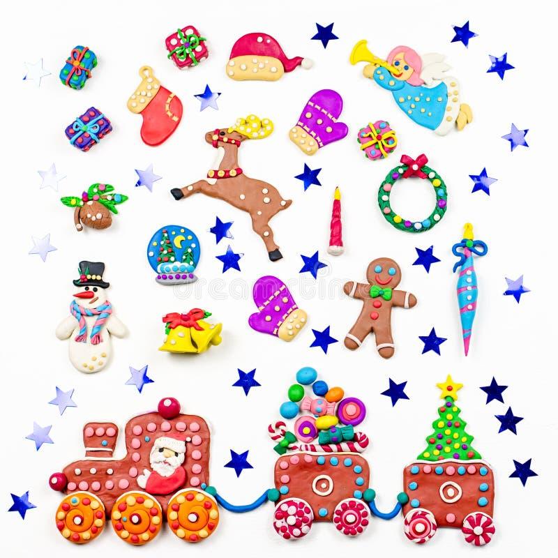 Weihnachtshintergrund mit Dekorationen Sankt, Weihnachtszug mit Baum und Bonbons, Schneemann, Ren und Geschenke lizenzfreies stockbild