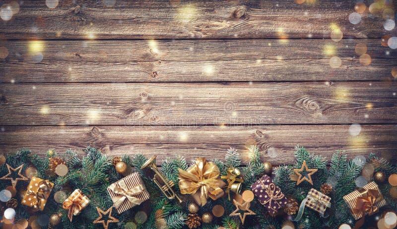 Weihnachtshintergrund mit Dekorationen und Geschenkboxen lizenzfreie stockfotografie
