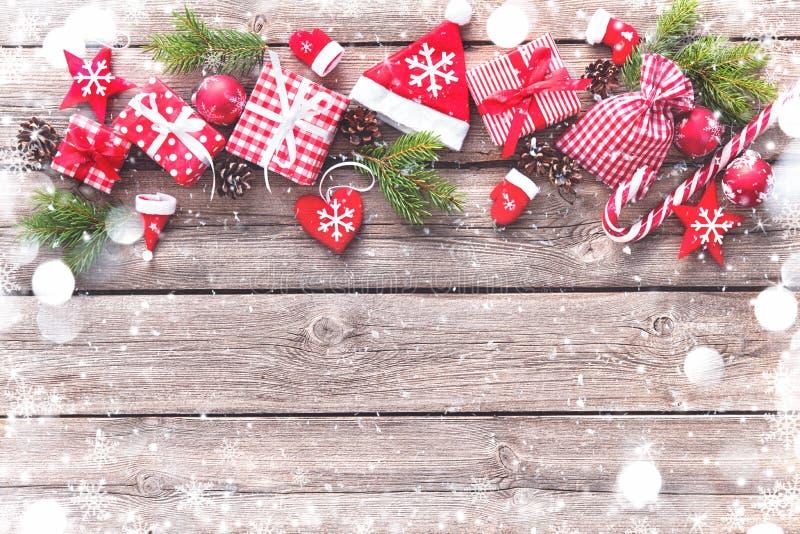 Weihnachtshintergrund mit Dekorationen und Geschenkboxen lizenzfreie stockfotos
