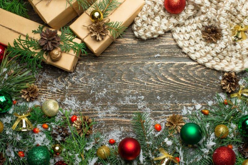 Weihnachtshintergrund mit Dekorationen und Geschenkboxen auf hölzernem Brett stockfotografie