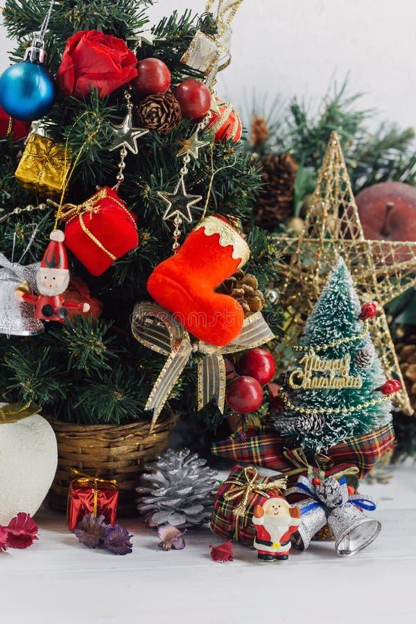 Weihnachtshintergrund mit Dekorationen und Geschenkboxen auf hölzernem lizenzfreie stockfotos