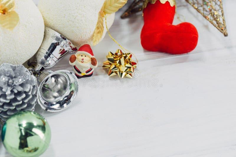 Weihnachtshintergrund mit Dekorationen und Geschenkboxen auf h?lzernem lizenzfreie stockbilder