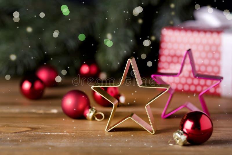 Weihnachtshintergrund mit dekorativen Stern-Tannenzweigen, die Weihnachten hölzernes Hintergrundspielt, Weihnachtsgeschenk Kasten stockfoto