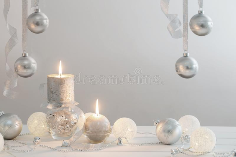 Weihnachtshintergrund mit den weißen und silbernen Dekorationen lizenzfreie stockfotografie
