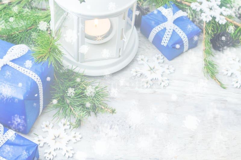 Weihnachtshintergrund mit einer Laterne, Geschenken und Tannenbaum stockfotos