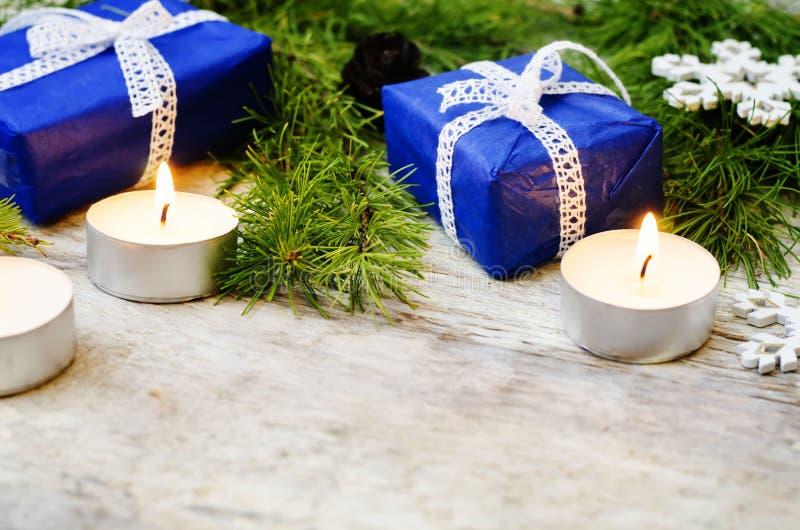 weihnachtshintergrund mit einer laterne geschenken und