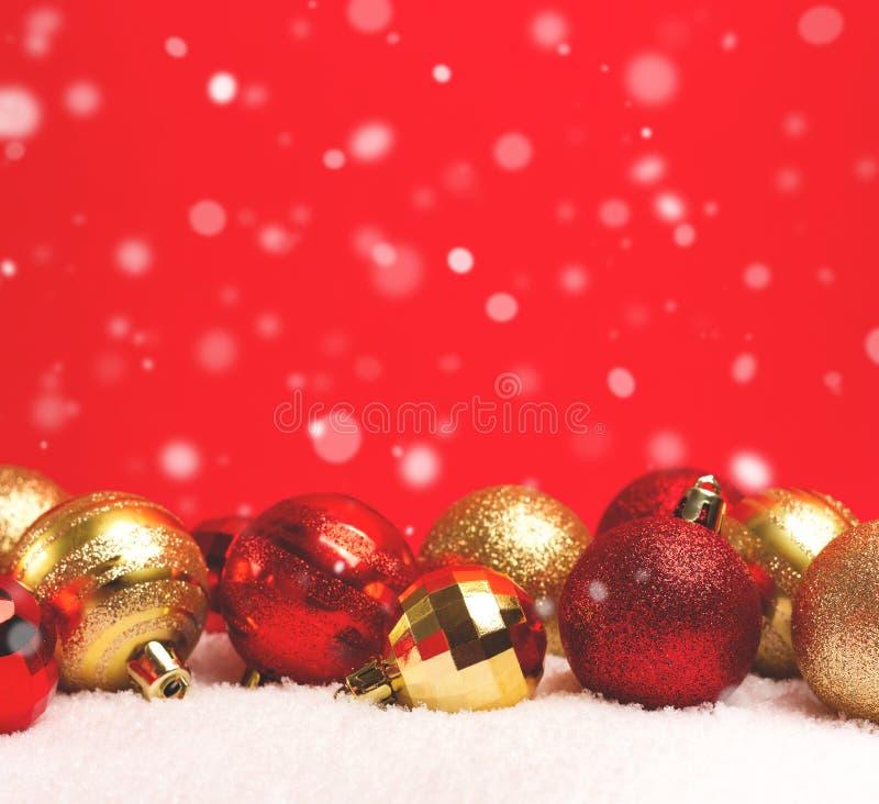 Weihnachtshintergrund mit Flitter im Schnee lizenzfreie stockfotos