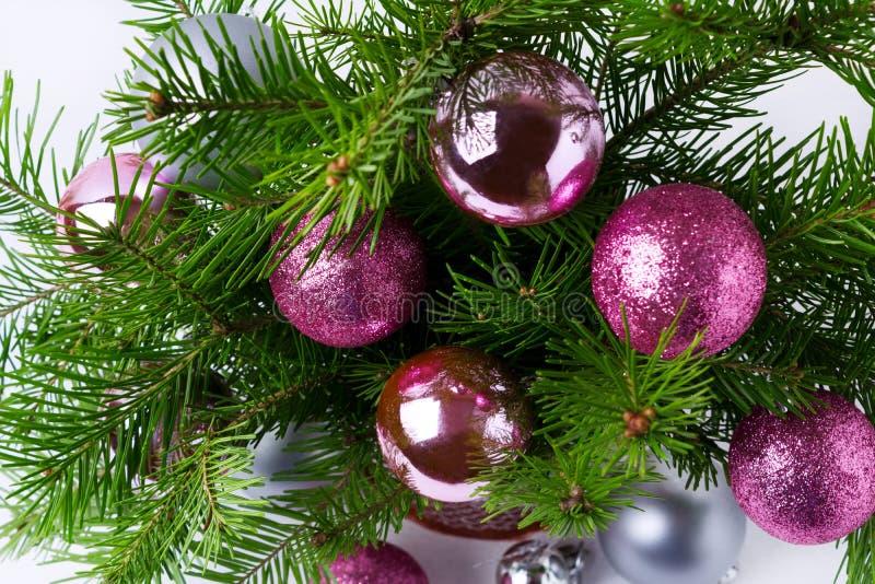 Weihnachtshintergrund mit Funkeln magentarotem, rosa und silbernem baubl stockfotografie