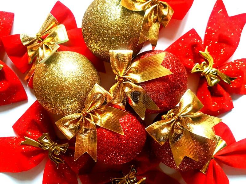 Weihnachtshintergrund mit funkelnden Bällen und Bögen stockfotografie