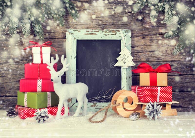 Weihnachtshintergrund mit Geschenkboxen und festlicher Dekoration stockfotos