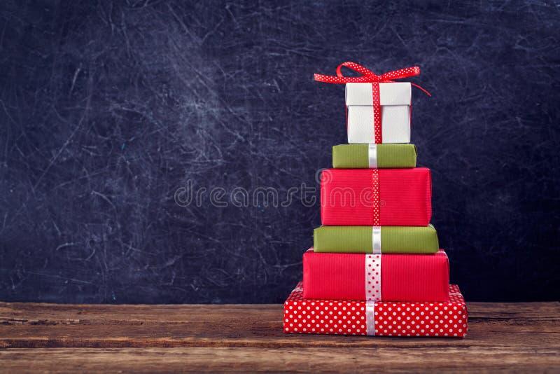 Weihnachtshintergrund mit Geschenkkästen lizenzfreie stockbilder