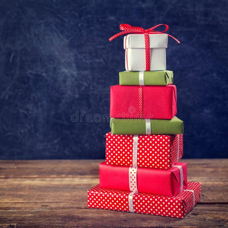 Weihnachtshintergrund mit Geschenkkästen lizenzfreies stockfoto