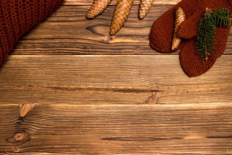 Weihnachtshintergrund mit gestrickten Handschuhen und einem Tasse Kaffee stockbild