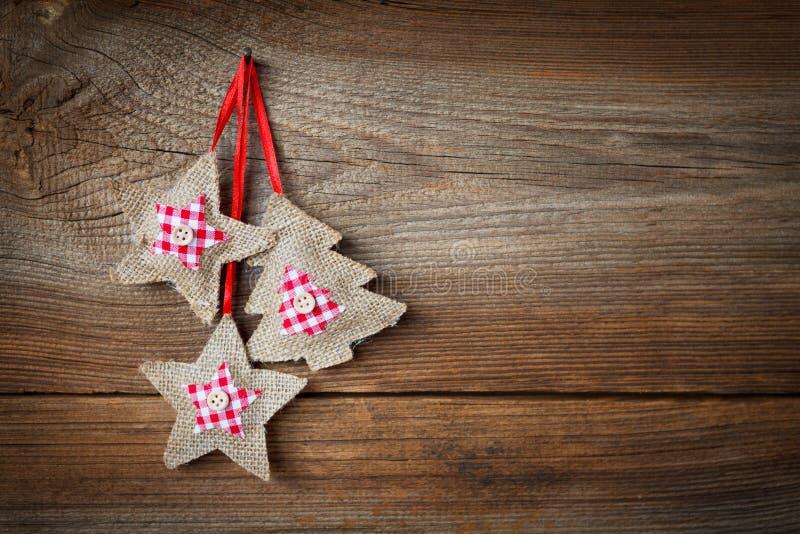 Weihnachtshintergrund mit hängender Dekoration lizenzfreie stockfotos