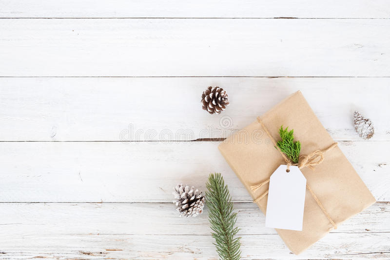 Rustikale Dekoration weihnachtshintergrund mit handgemachten anwesenden geschenkboxen