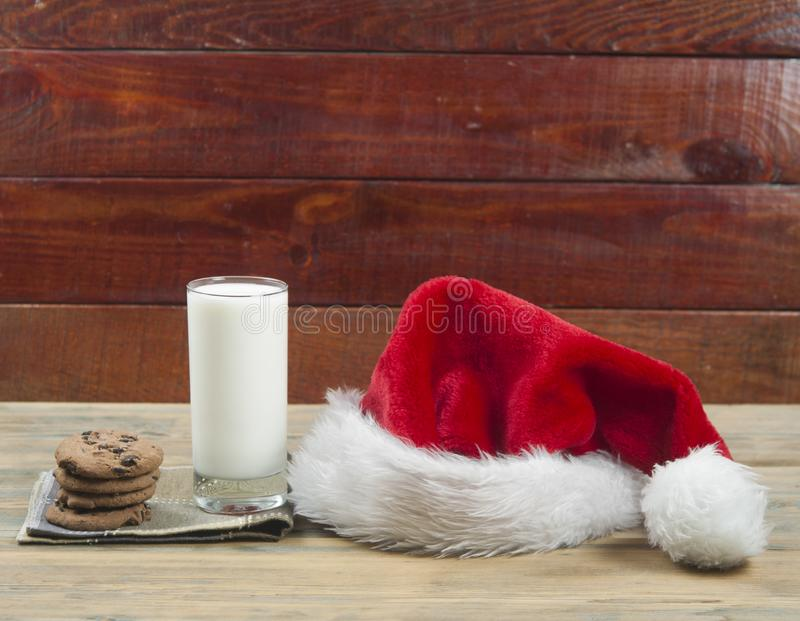 Weihnachtshintergrund mit Milch und Plätzchen zu Sankt lizenzfreie stockbilder