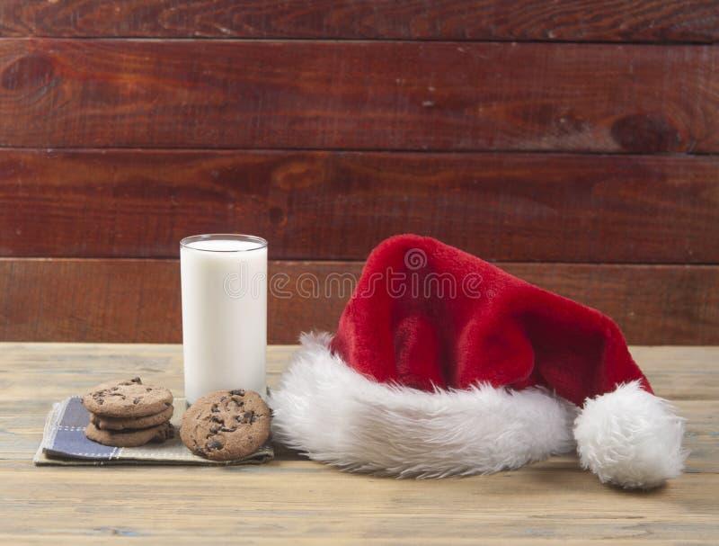 Weihnachtshintergrund mit Milch und Plätzchen zu Sankt stockfotografie