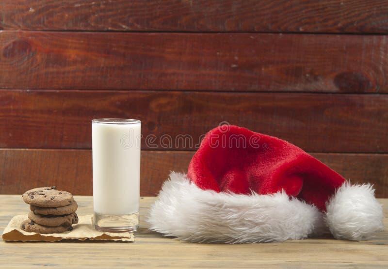 Weihnachtshintergrund mit Milch und Plätzchen zu Sankt lizenzfreies stockfoto