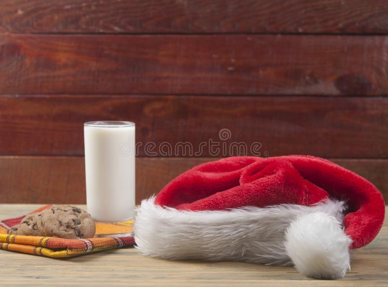 Weihnachtshintergrund mit Milch und Plätzchen zu Sankt lizenzfreie stockfotografie