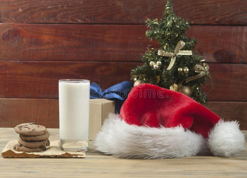 Weihnachtshintergrund mit Milch und Plätzchen zu Sankt lizenzfreies stockbild