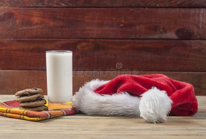 Weihnachtshintergrund mit Milch und Plätzchen zu Sankt lizenzfreie stockfotos
