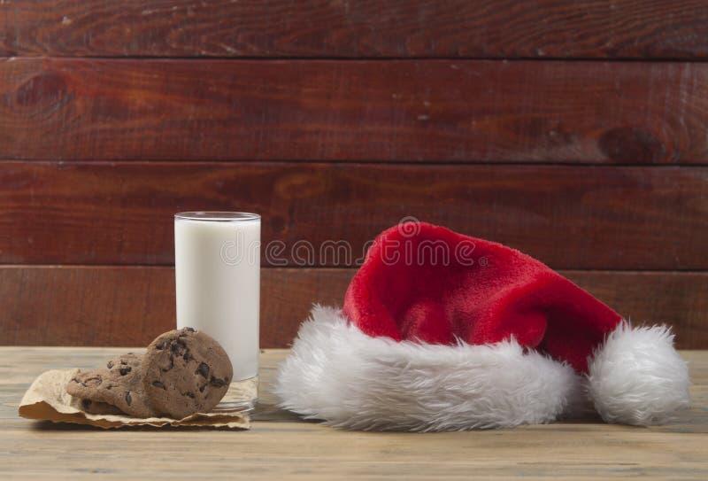 Weihnachtshintergrund mit Milch und Plätzchen zu Sankt stockbild