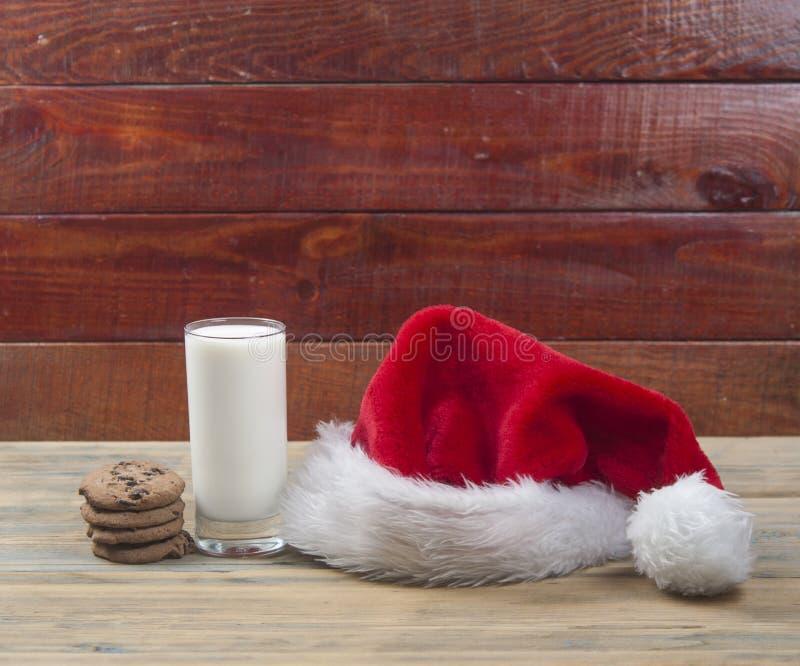 Weihnachtshintergrund mit Milch und Plätzchen zu Sankt stockfotos