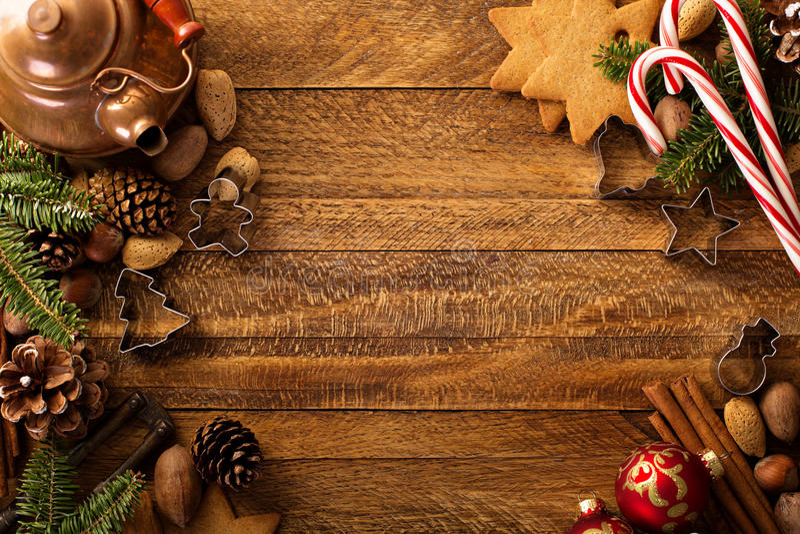 Weihnachtshintergrund mit Nüssen, Gewürzen und Kiefer stockfotografie